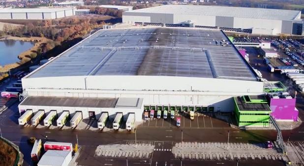 Складът на Ocado с площ от 35 000 квадратни метра в Дорден, Великобритания, е по-автоматизиран от складовете на Amazon