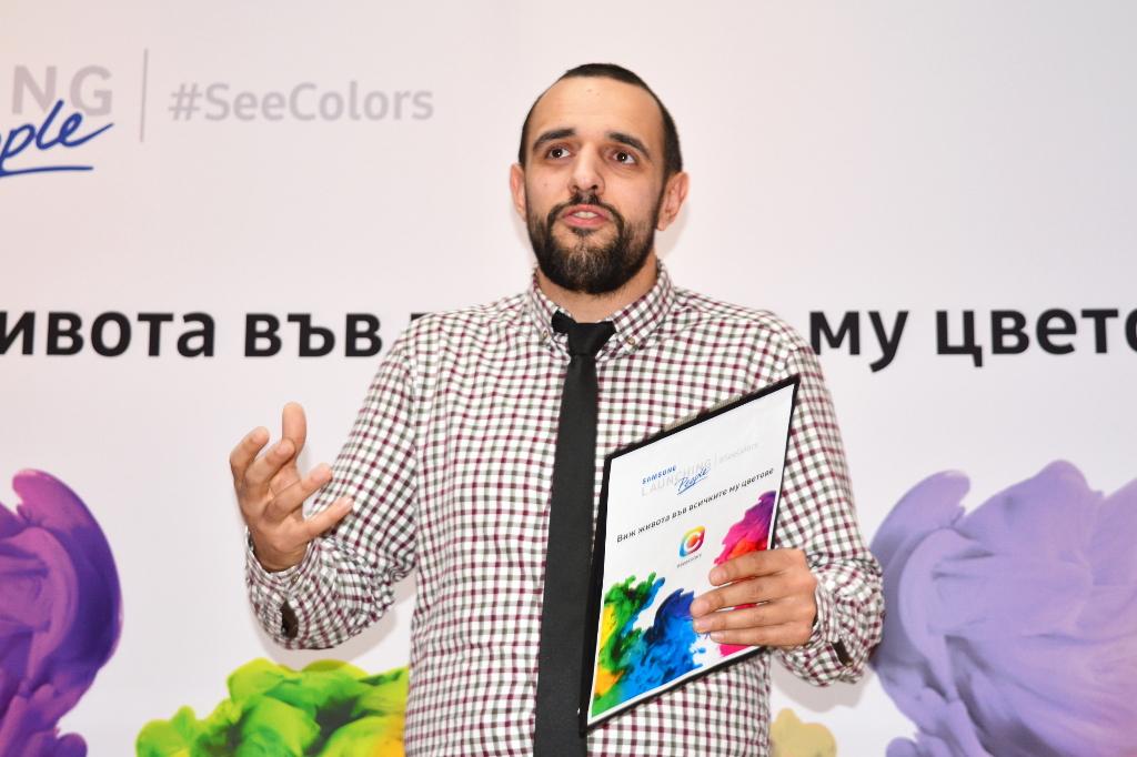 """""""С дефицит на цветно зрение повечето хора нямат проблем в ежендевието си, но все пак има професии, които остават недостъпни за теб - например, не можеш да си сапьор, ако не познаваш идеално цветовете"""", казва Михаил Стефанов, журналист и професионалист в областта на комуникациите, който има намалена чувствителност към червеното. """"Когато споделя за тази особеност, първият въпрос на хората е """"Наистина ли?!"""" Следва вторият въпрос: """"Я кажи какъв цвят е това!"""" - най-досадният въпрос за хора като мен. После всички започват да се оглеждат наоколо и да търсят нещо червено""""."""